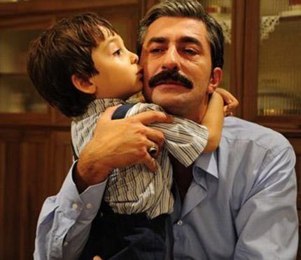 Osman karakterini henüz 5 buçuk yaşında olan Emir Berke canlandırıyor. Dizide babasını oynayan Erkan Petekkaya onu ve ailesini üzüntüye boğuyor.