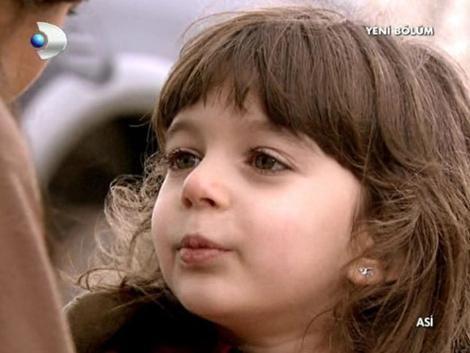 Çakar, önce Asi dizisinde Demir ile Asi'nin kızı Asya'yı oynadı