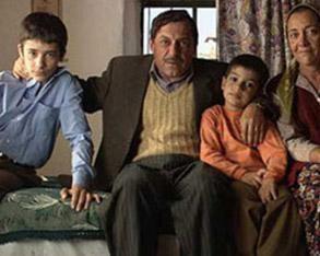Ezel'de Can karakterini oynayan Barış Serma, küçük yaşına rağmen bir de sinema filminde oynadı..Serma, Reha Erdem'in Beş Vakit filminin kahramanı olan üç çocuktan birini canlandırdı.
