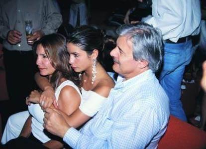 Çiftin düğününe Avrupa ve İstanbul sosyetesiden 400 kişinin katılması bekleniyor. Gelen haberlere göre Melisa Eliyeşil nikahta gelinlik giymedi. Ama düğün için gösterişli bir gelinlik hazırlanıyor.   Bu arada basına yansıyan haberlere göre çift evlendiklerini ilk olarak Facebook'taki porfillerinden duyurdu. İkisi de ilişki durumlarını 'evli' olarak değiştirdi.