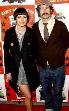 CEREN HOLLYWOOD'A GELİN OLDU Türk asıllı manken Ceren Aykaç'ın, ülkemizde de yayınlanan My Name is Earl dizisinin yıldızı Jason Lee ile evlendi.
