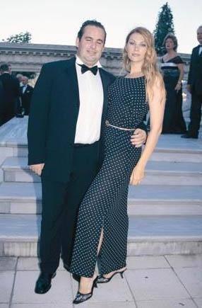 POZ VERMEK İÇİN GELDİ, EVLENDİ Cemiyet hayatının ünlülerinden Eren Mengi de yabancı eş tercih edenlerden. Mengi'nin eşi Ella Rus.