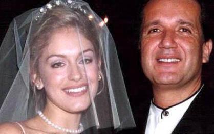 EVLİLİK UZUN SÜRMEDİ Reklamcı Alinur Velidedeoğlu sosyete ve sanat dünyasından onlarca güzelle flört etti. Yedi yıl önce Amerikalı Sarah Bennett'e aşık olup evlendi. Bu evlilikuzun sürmedi.