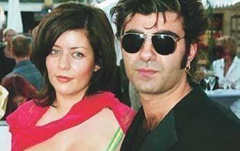 FATİH AKIN'IN EŞİ MEKSİKA ASILLI Altın Ayı ve Altın Palmiye ödüllü ünlü yönetmen Fatih Akın'ın eşi de Meksika ve Alman melezi olan Monique Akın. O da sinema sektöründe. Çiftin bir çocuğu var.