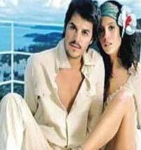 MEHMET'İN KALBİNİ İTALYAN GÜZELİ ÇALDI Yakışıklı aktör Mehmet Günsür, İtalyan sevgilisiyle evlenerek hayranlarını hayal kırıklığına uğrattı.
