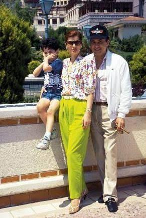 KOCASI SAYESİNDE LADY OLDU Güngür Bayrak, Fransız işadamı Houari Berichi ile evlendi. Tarık Charles Murat Berichi adını verdikleri bir oğlu oldu. Daha sonra boşandılar