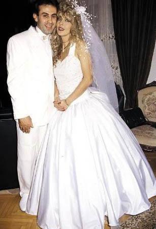KIZI HATIRA KALDI Oyuncu Ahu Tuğba, 1991'de, Fransız Pascal Levaseu'la Paris'te lüks bir lokantada tanıştı ve kısa süre sonra evlendi. Çift bir yıl evli kaldı.