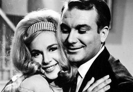EN ÜNLÜ AŞK 1963'te sinema tarihinin ilk Türk-Yunan ortak yapımı olan 'Sıralardaki Heyecanlar'da, başrolleri Orhan Günşiray ile Yunanlı yıldız Aliki Vuyuklaki oynadı.