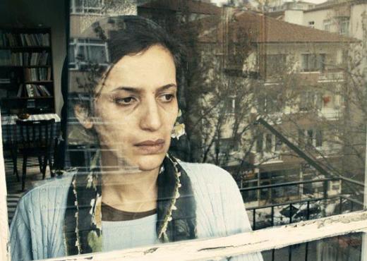 Yalçın, Dostoyevski'nin Yeraltından Notlar adlı yapıtından uyarlanan filmde Engin Günaydın, Serhat Tutumluer, Sırrı Süreyya Önder, Ufuk Bayraktar, Sarp Apak ile rol alıyor. Film, Ankara'da yaşayan memur Muharrem'in iç dünyasına odaklanıyor.