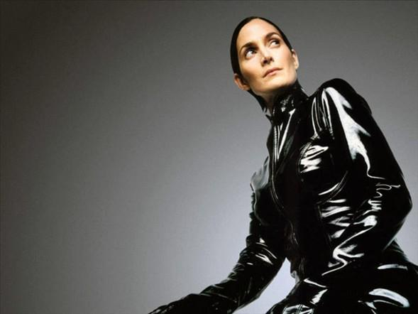 "Carrie-Anne Moss, ""Matrix"" filminde."