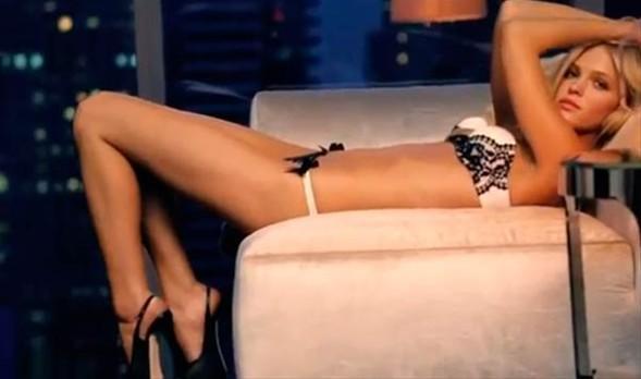 Ünlü markanın reklam filminde rol alan Alessandra Ambrosio, Candice Swanepoel, Lily Aldridge ve Erin Heatherton birbirinden seksi iç çamaşırlarıyla poz verdiler.