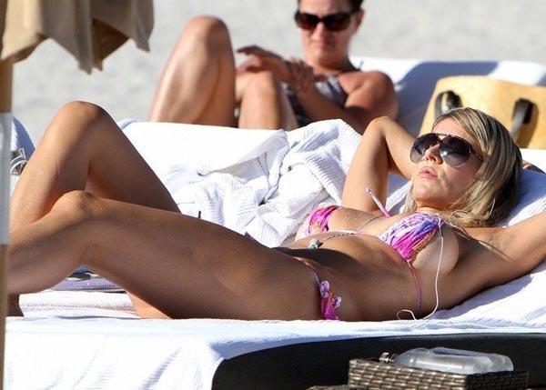 İtalyan film yıldızı Rita Rusic genç sevgilisi ile tatil yaparken paparazzilerin objektifine takıldı.