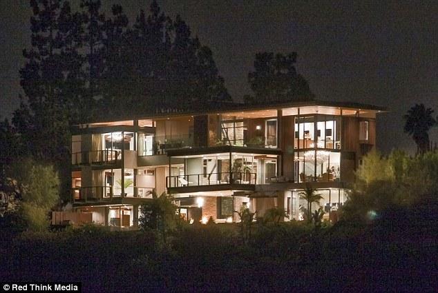Justin Bieber'ın yeni evinde şu anda Demi Moore'un eski eşi Ashton Kutcher oturuyor. Kutcher taşınır taşınmaz, Justin Bieber ve Selena Gomez bu eve yerleşecekler.