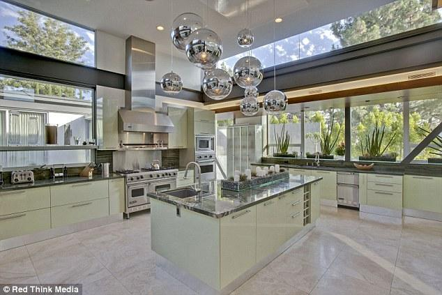 Evin kocaman bir mutfağı ve harika bir bahçesi var.