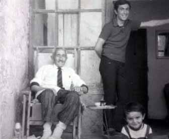 Yılmaz Erdoğan bu siyah- beyaz fotoğrafta amcası ve dedesi ile birlikte.