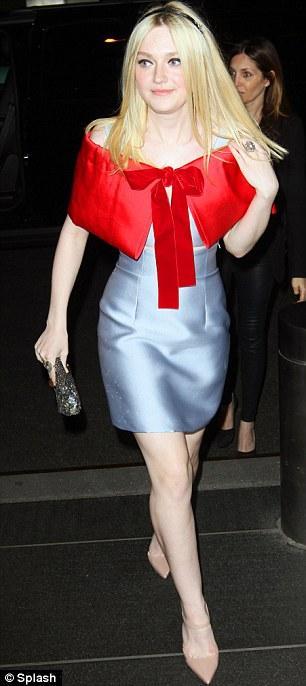 Dakota Fanning elbisesinin üzerine giydiği minik kırmızı pelerini ile, kırmızı başlıklı kız gibi görünüyordu.