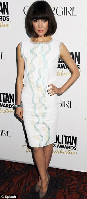 Rose Bryne beyaz elbisesi ve küt saçlarıyla çok hoş görünüyordu.