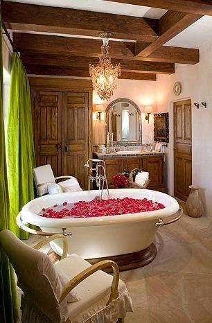 İşte evinin her köşesi için hiçbir masraftan kaçınmayan ünlülerden birini banyosu.