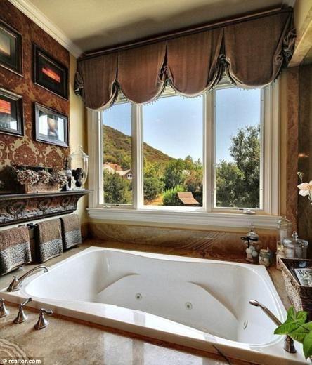 Burası da Britney Spears'ın hayata yeniden başlamasını sağlayan nişanlısı Jason Travick ile birlikte yaşayacağı malikanenin banyolarından biri.