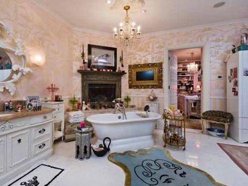 Bu da Aguilera'nın kısa bir süre önce satışa çıkardığı malikanesinin banyolarından biri. Sanatçının sahne kostümleri gibi renkli.