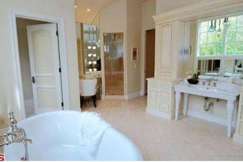 Dennis Quaid görece daha sade bir banyo tercih etmiş.
