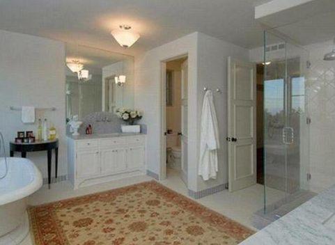 Bu sade banyo kısa bir süre önce Türkiye'ye de gelen ünlü bir Hollywood yıldızı ve eşinin evinde yer alıyor.