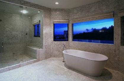Christina Aguilera bir değil bir kaç ev sahibi. Burası da ünlü şarkıcının sahip olduğu evlerden birinin banyosu.