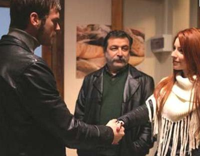 Dizinin Cemre'si Öykü Karayel ise diziden 15 bin TL alıyor. Dizinin başrol oyuncusu Kıvanç Tatlıtuğ'un bölüm başına 50 bin, Buğra Gülsoy'un ise 22 bin 500 TL aldığı ifade edildi.