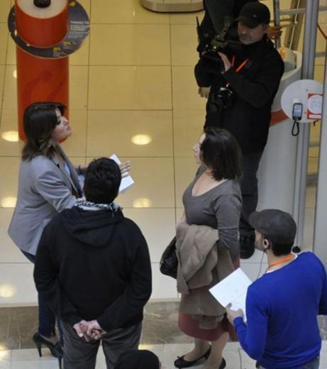 Gülben Ergen ile birlikte bir reklam filmi için kamera karşısına geçen Dermancıoğlu'nun sosyetenin tanınmış simalarından Benardete kardeşlerin kiracısı olduğu da geçtiğimiz günlerde basına yansımıştı. İddialara göre Esra Dermancıoğlu bu ev için 1500 lira kira ödüyor.