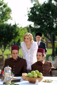 Ama son gelen haberlere göre Elles bu yıl bölüm başına 10 bin lira alacak. Bu arada Elles, Türkiye'de Çanakkale Ruhu adlı bir filmde de rol aldı.
