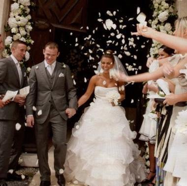 Yeşil sahaların yıldızlarından Waynhe Rooney eşi Coleen McLoughlin ile hayatını birleştirdiği törenin yayın haklarını 1 buçuk milyon Sterlin'e sattı.
