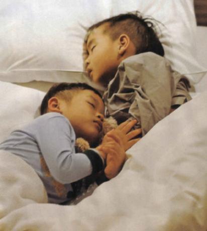 Jolie'nin yeni evlatlık oğlu Pax Thien'in fotoğrafları 2 milyon dolara satıldı.