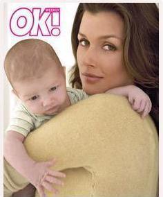 Bridget Moyhanan bebeği John ile objektif karşısına geçti ve 1000 bin dolar aldı.