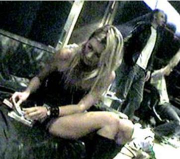 """SKANDALLAR ONU DURDURAMAZ Kate Moss ne yaparsa yapsın ne tür bir skandala karışırsa karışsın hiçbir şey onu durduramıyor.   Bir süre önce Moss, kokain çekerken görüntülenmiş ve bu fotoğraflar kelimenin tam anlamıyla """"çarşaf çarşaf"""" gazete sayfalarında yayınlanmıştı."""