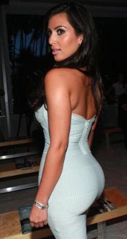Kardashian ise tam tersini savunuyordu. Sonunda kalçalarının gerçek olduğunu ispatlamak için bir tıp merkezine gidip röntgen çektirdi.