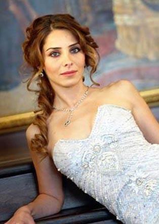Şu sıralar Muhteşem Yüzyıl dizisinde Mahidevran Sultan'ı canlandıran Nur Fettahoğlu, 2008 yılında Murat Aysan'la evlenip onun soyadını aldı. 2011 yılında da çift yollarını ayırdı.  Boşanma sırasında Fettahoğlu eski eşinin soyadı olan Aysan'ı kullanmak için anlaştı.