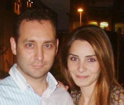 """Ancak daha sonra Aysan'ın ilk eşi Belda Tolgay """"Onlar bana nafaka ödememek için göstermelik boşandı. Hala aynı evde yaşıyorlar"""" iddiasında bulununca Fettahoğlu da soyadından oldu."""