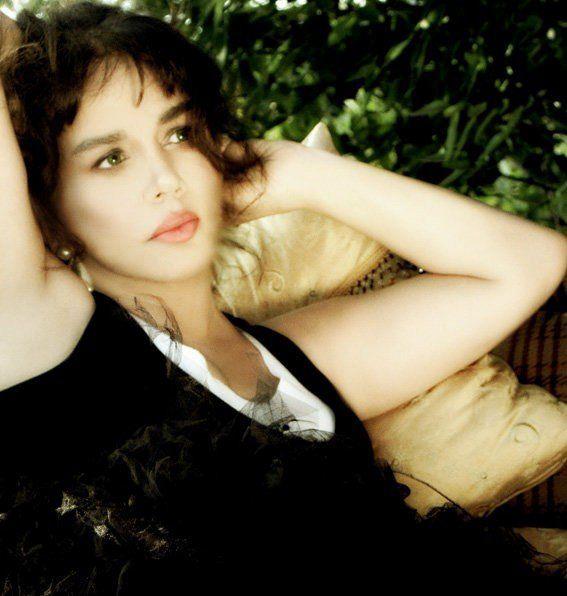 Sezen Aksu ilk evliliğini Ali Engin Aksu ile yaptı. Bu evlilik sayesinde 'Aksu' soyadını alan sanatçı şöhret basamaklarını hızla tırmandı.