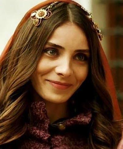 Oyuncu olarak eski eşinin soyadıyla tanındığı için Nur Aysan ismini kullanmak isteyen oyuncu yaşananlardan sonra geri adım attı ve evlenmeden önceki soyadı olan Fettahoğlu'na geri döndü.