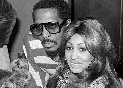 """Mae Bullock'u tanıyor musunuz desek büyük olasılıkla """"o da kim"""" diye cevap verirsiniz. Ama Tina Turner'ı herkes tanır. Ike Turner, Mae Bullock'ın adını Tina olarak değiştirdi sonra da evlereke ona kendi soyadını verdi."""