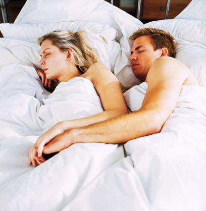 """Rahat ama birlikte:  Aşk taze olduğunda çiftler, çoğunlukla sevdikleri ve rahat ettikleri uyuma pozisyonundan feragat edip, yatakta daha yakın ve bütün olmayı sağlayan şekillere girerler. Evliliğin üstünden 5 seneye yakın bir zaman geçtikten sonra çiftlerde artan güven duygusu, yataktaki mesafenin ve konforun biraz daha artmasına müsaade edebilir. Eşler kaşık pozisyonuna benzer fakat arada belirli bir mesafe olacak şekilde yatarlar. Duygusal akım, karşı tarafa değen el, diz veya ayakla sağlanır. """"Bu hem rahatlığın, hem de yakınlığın dengelenmiş biçimi olabilir diyor"""" Dr. Glass. Bu duruş ayrıca seks baskısını da ortadan kaldırır. Bu şefkat dolu bir pozisyondur, cinsellik dolu değil, tabii ki istediğiniz zaman yakınlaşabilirsiniz."""