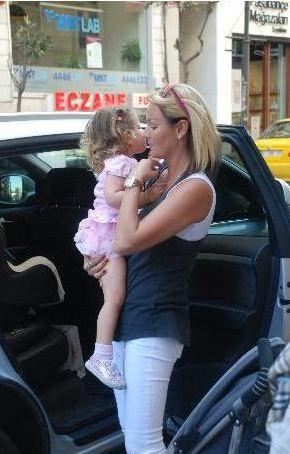Pantolon ve tişört tercih eden Altuğ sık sık kızı Su ile görüntüleniyor.