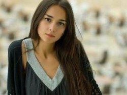 O küçük kız Türkü Turan.