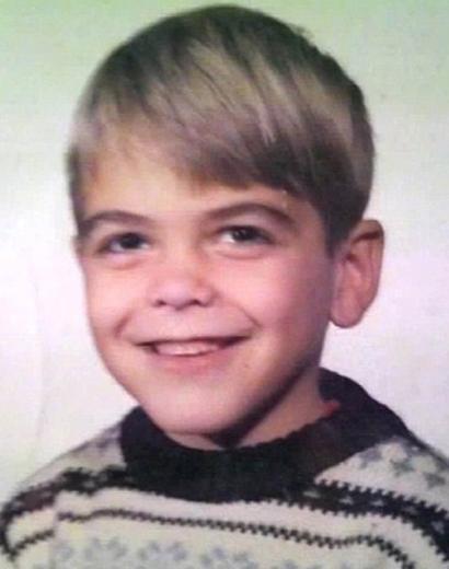 Bu fotoğraf çekilirken henüz 8 yaşında olan bu ünlünün kim olduğunu çıkarabildiniz mi. Hemen bir ipucu verelim, aradan geçen bunca yıla ragmen gülüşü hiç değişmemiş.