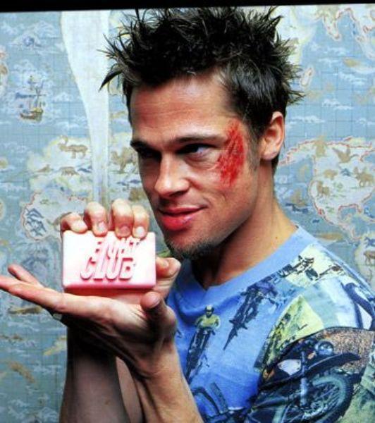 Brad Pitt'in canlandırdığı Tyler Durden karakteriyle tüketim çılgınlığına karşı yapılmış en iyi eleştirilerden birisi olarak kabul edilen filmin etkisinden kurtulmak mümkün değil...