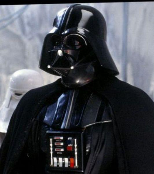 David Prowse'un oynadığı, James Earl Jones'un seslendirdiği Star Wars'un Dart Vader karakteri galaksinin kötü adamını temsil ediyor.  Siyah pelerin giyen,yüzünde maskesi ile dolaşan ve garip bir şekilde nefes alan Darth Vader karakteri belki de rüyalarımıza girmeye devam ediyordur...