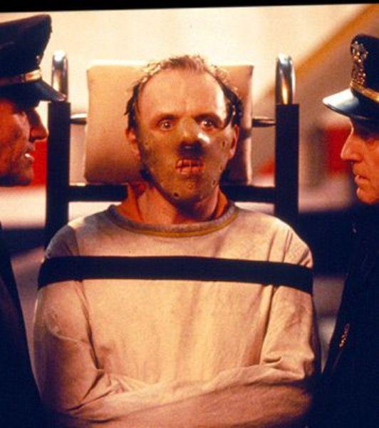 Anthony Hopkins, Hannibal Lecter ve Kuzuların Sessizliği... Kesinlikle tüm zamanlarin en cool kötü karakterlerinden birisi. Katilin asaleti diye bir kavram icat edilebilir bu adam için, işini o kadar titiz ve canice yapar ki...