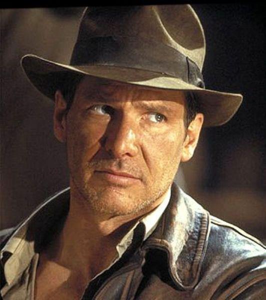 Indıana Jones karakteri ile babası tarafından sürekli junior olarak hitap edilen artık kemale ermiş yaşında dayanamayan ama yine de saygıda kusur etmeyen, genelde çok şanslı olan ders verdiği sınıflardaki tüm hatunların hasta olduğu, şapkayı takıp maceraya atılan ama boynundan kravatı eksik etmeyen, kamçıyı süper kullanan süper karizmatik arkeologu canlandıran Harrison Ford gerçekten çok başarılıydı...
