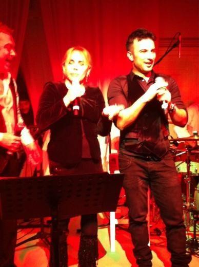 """Mazhar Alanson ve Tarkan birlikte """"Yandım"""" şarkısını söylerken, Sezen Aksu'nun da onlara katılması büyük alkış aldı."""