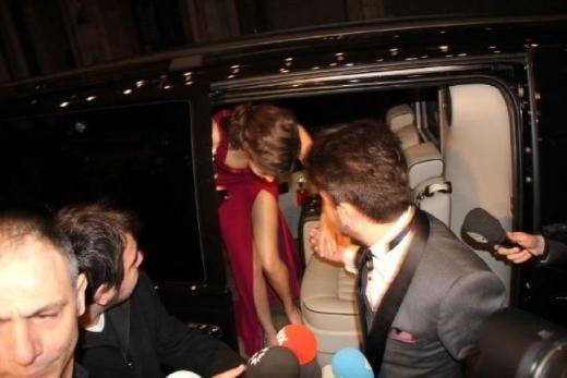 Beren Saat, Özgür Masur imzalı kırmızı elbisesiyle gecenin en şık isimlerinden biriydi.